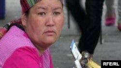 Базарда банан сатып отырған әйел. Алматы, 24 мамыр 2010 жыл. (Көрнекі сурет)