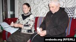 Фёдар Фёдаравіч і Еўдакія Ігнатаўна плятуць лапці
