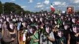 تجمع معترضان به قتل ندا آقاسلطان با تصاویری از او بر چهرههای خود؛ پاریس، ۲۰۰۹، عکس از رضا دقتی