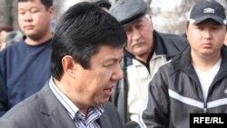 Темир Сариев журналисттердин суроолоруна жооп берүүдө, 2010-жылдын 17-марты, Бишкек.