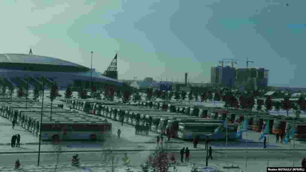 Автобусы на парковке у здания велотрека «Сарыарка». Астана, 1 декабря 2014 года.