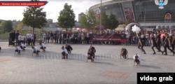 Донецких школьников привлекают к акции «Молодёжь «ДНР» против терроризма», в ходе которой обвиняют Украину в убийствах детей. Сентябрь 2017 года (кадры из сюжета телеканала, контролируемого группировкой «ДНР»)