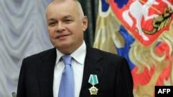 Путинпараст журналист Дмитрий Киселев бир томонлама репортажларию эфирда билдирилган мунозарали фикрлари билан ном чиқарган.