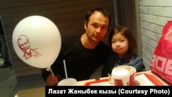 Мелис Асанов с дочерью, ставшие жертвами нападения скинхедов.