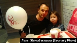 Мелис Асанов с дочерью, ставшие жертвами нападения скинхедов