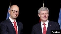 Премьер-министр Канады Стивен Харпер (справа) и премьер-министр Украины Арсений Яценюк.