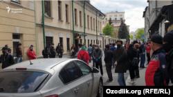 Узбеки перед посольством Узбекистана в Москве.