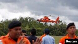 Индонезийские спасатели, обнаружившие тела погибших пассажиров аэробуса А-302-200.