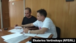 Гражданский активист Захар Сарапулов вместе со своим защитником Святославом Хроменковым в зале суда
