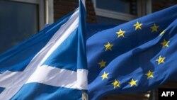 Sotlandiya və Avropa İttifaqının bayraqları Şotlandiya parlamentinin qarşısında qoşa dalğalanır