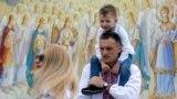 Під час Мегамаршу вишиванок біля Михайлівського Золотоверхого собору. Київ, 19 травня 2018 року