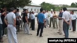 Встреча представителей местной власти с родственниками задержанных в Таджикистане трех граждан КР, 22 июня 2012 года.