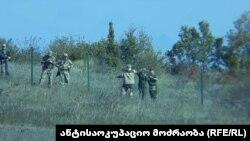 В течение вчерашнего дня российские военные устанавливали ограждения, чтобы обозначить де-факто границу