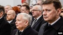 """Мариуш Блащак (крайний справа) и Ярослав Качиньский (в центре) – лидер партии """"Право и справедливость"""" во время богослужения"""