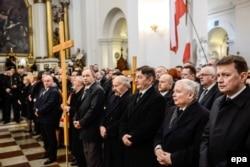 """Лидер правящей в Польше партии """"Право и справедливость"""" Ярослав Качиньский (второй справа) никогда не скрывал своих тесных связей с католической церковью"""