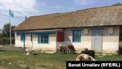 Здание акимата поселка Круглоозерное. Село Серебряково Западно-Казахстанской области, 6 августа 2017 года.