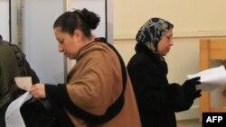 Минядағы сайлаушы әйел парламентке дауыс беріп жатыр. 3 қаңтар. 2012