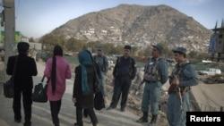 Полициячылар жанкечти өлтүрүлгөн жайга чукул жерде ары-бери өткөндөргө байкоо салып турушат. Кабыл, 14-ноябрь 2011