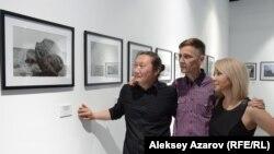 Алматинский художник Александр Угай, Андрей Фоменко и директор Esentai Gallery Тогжан Сакбаева на выставке «Естественная история». Алматы, 6 июня 2019 года.