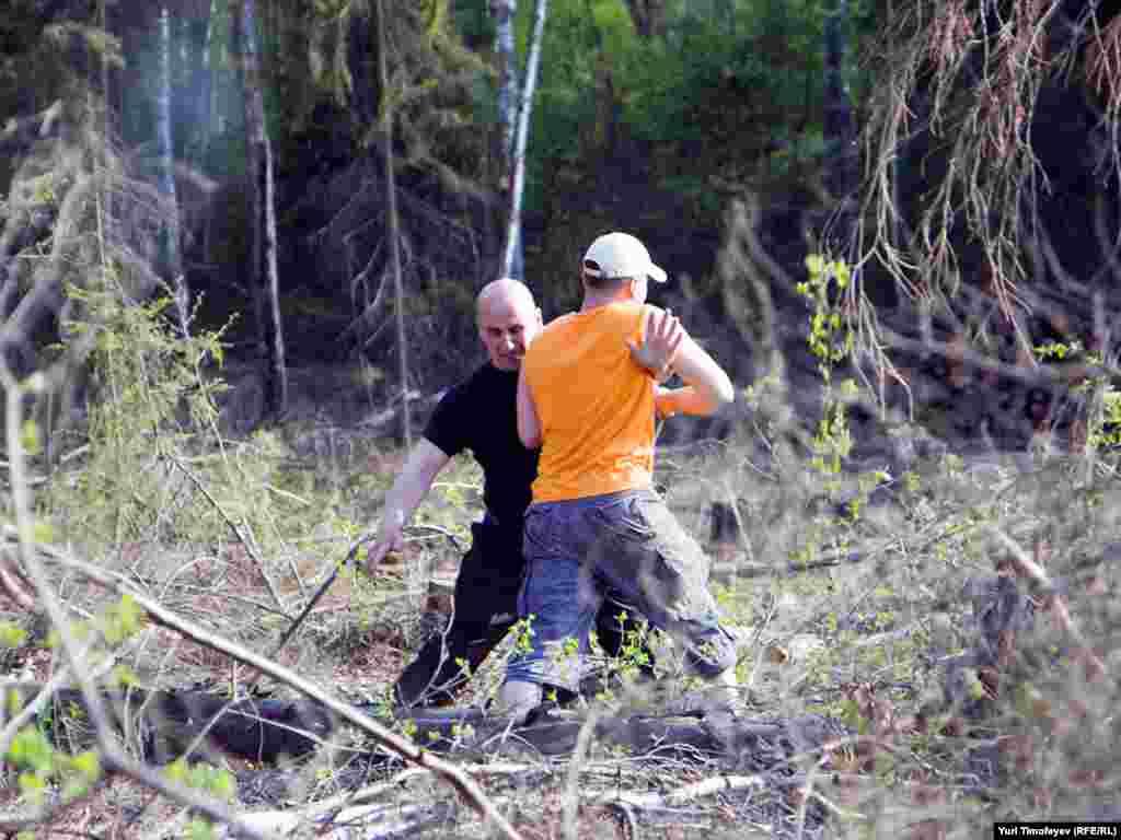 Экологи пытались прорваться с комбайну, производящему вырубку. Охрана пыталась их задержать.