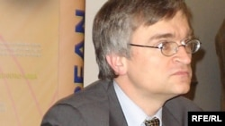 Piter Semnebi «Diffomasiya haqqında qanun» qəbul olunmasını vacib sayır