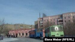 Автостанция в поселке Шахан. На заднем плане - дом, который отапливается автономной котельной. Карагандинская область, январь 2017 года.