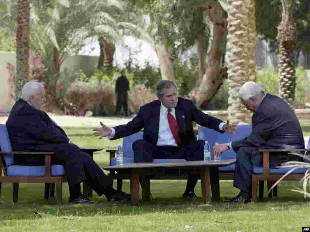 Мирні переговори на Близькому Сході - Президент Дж. Буш (в центрі) разом із прем'єр-міністром Ізраїлю Аріелем Шароном та прем'єр-міністром Палестинської адміністрації Махмудом Аббасом під час зустрічі 4 червня 2003 року на курорті Акаба, на узбережжі Червоного моря у Йорданії.