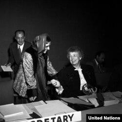 Комиссиянын төрайымы Элеонора Рузвельт (оңдо) Индиянын өкүлү Ханса Мехта менен. Нью-Йорк, 1-июнь, 1949-жыл.