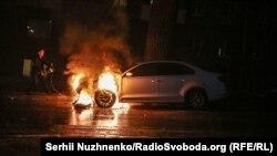 Шини і фальшфаєри під посольством Росії, неподалік згоріло дипломатичне авто – фоторепортаж