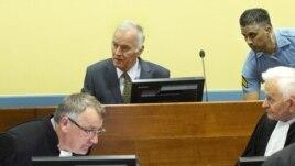 Mladić u sudnici 17. svibnja 2012.