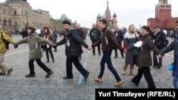 """Хоровод под песню """"Наутилуса"""" """"Скованные одной цепью"""" на Красной площади. Москва, 8 апреля 2012 года."""