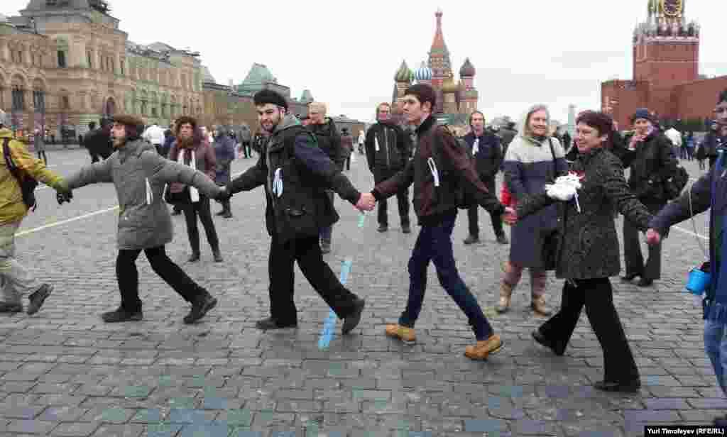 Хоровод с белыми лентами под песню Наутилуса «Скованные одной цепью» на Красной площади