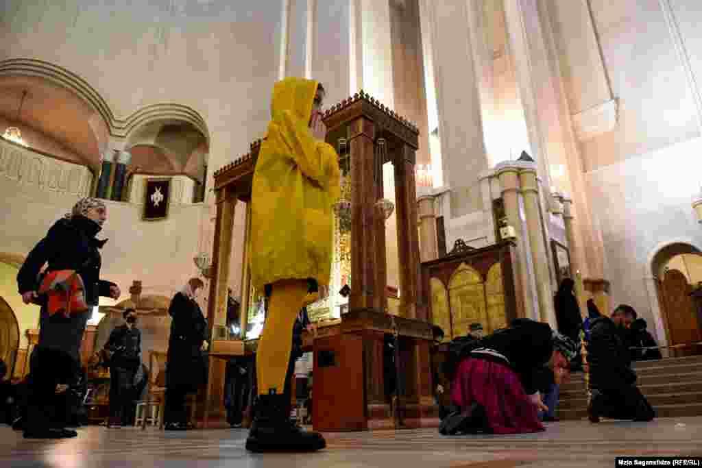 მრევლი სამების ტაძარში, ხარების დღესასწაულზე, ერთმანეთისაგან დისტანციას იცავს.