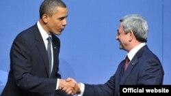 Президент Армении Серж Саргсян (справа) и президент США Барак Обама во время встречи в Вашингтоне, 13 апреля 2010 г.