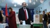 Исполняющий обязанности премьер-министра Армении, лидер блока «Мой шаг» Никол Пашинян голосует на внеочередных парламентских выборах, Ереван, 9 декабря 2018 г.