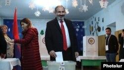 Исполняющий обязанности премьер-министра Армении, лидер блока «Мой шаг» Никол Пашинян голосует на внеочередных парламентских выборах, Ереван, 9 декабря 2018 года.