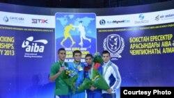 Призеры чемпионата мира по боксу (в весовой категории до 49 килограммов). Второй слева - казахстанец Биржан Жакып. Алматы, 26 октября 2013 года.