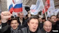 Лидер молодежного «Яблока» Илья Яшин (слева) не отстает от старших товарищей в критике российской власти
