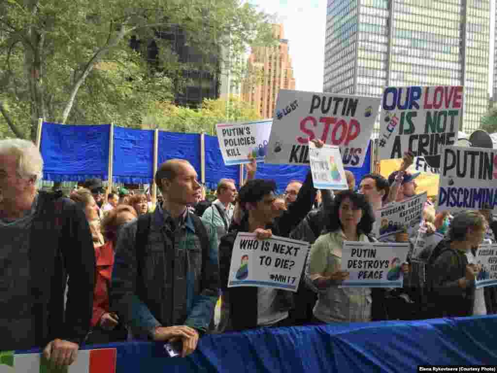 Против приезда президента России в Нью-Йорк выступают ЛГБТ-активисты, которые обвиняют Владимира Путина в гомофобии.