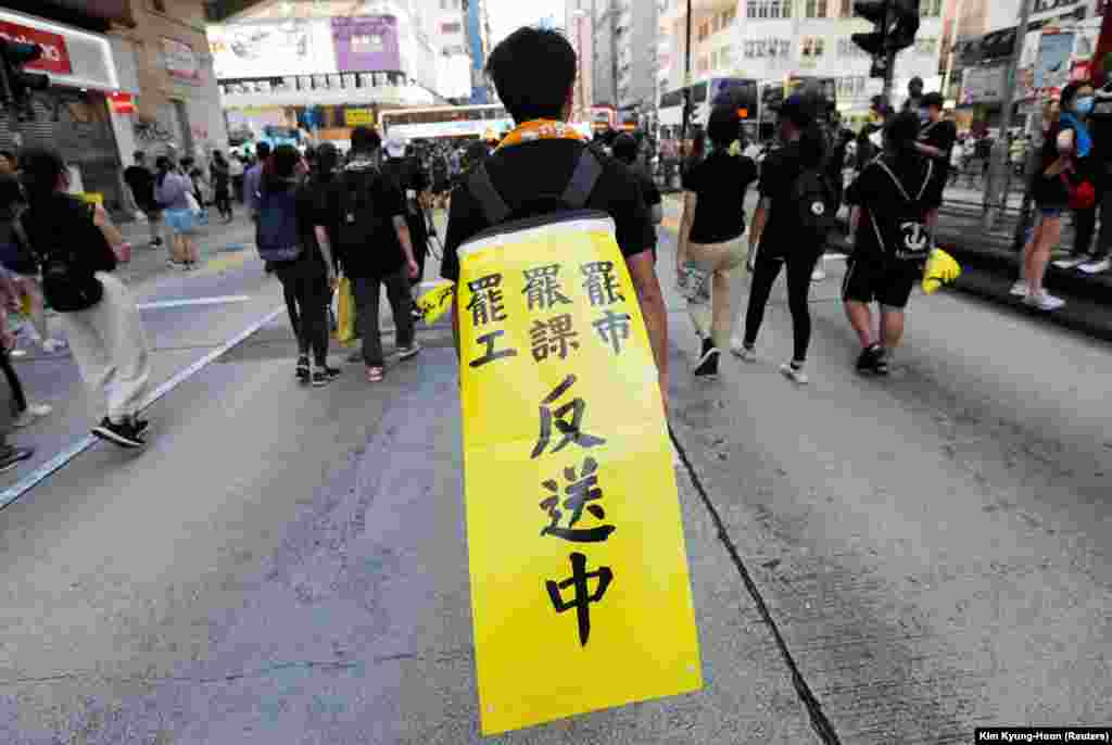 На банері написано: «Законопроект проти екстрадиції в Китай»