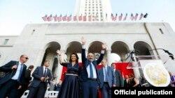 ԱՄՆ - Հայաստանի վարչապետ Նիկոլ Փաշինյանը ողջունում է Լոս Անջելեսում հրավիրված հանրահավաքի մասնակիցներին, 23-ը սեպտեմբերի, 2019թ․