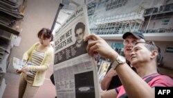 Читатели газеты South China Morning Post с портретом Эдварда Сноудена на первой полосе