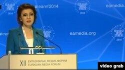 Еуразиялық медиа форумда сөз сөйлеп жатқан Дариға Назарбаева. Астана, 24 сәуір 2014 жыл.