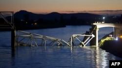 Сиэтл мен Ванкуверді жалғайтын көпір қирап қалды. АҚШ, Вашингтон штаты, 23 мамыр 2013 жыл.