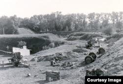 """Разбитые позиции 40-мм орудий """"Бофорс"""" обр. 38 из состава 3-й моторизованной батареи 9-го дивизиона зенитной артиллерии. Кобринское укрепление, сентябрь 1939 г."""