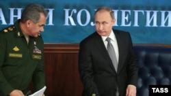 Presidenti i Rusisë Vladimir Putin (djathtas) dhe ministri i mbrojtjes Sergei Shoigu