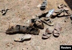 Вещи убитых сирийских курдов, чьи тела только что были вынуты из общей могилы. 5 октября