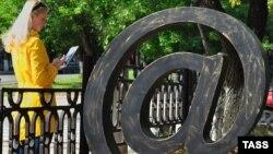 Скульптура значка @ на улице в российском городе Кирове.