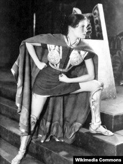 """Katharine Hepburn """"Döyüşçünün əri"""" tamaşasında. 1932"""