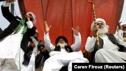 Khadim Hussain Rizvi (C), leader of the Tehrik-e-Labaik Pakistan far right Islamist political party